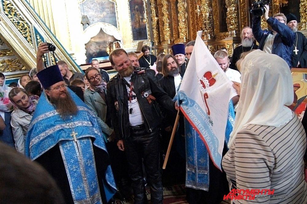Передача флага Смоленской области байкерам