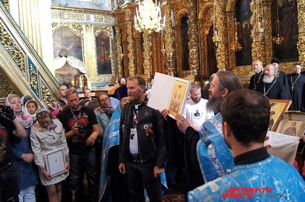 Передача иконы Дмитрия Донского и Ефросиньи Московской Ольге Окуневой