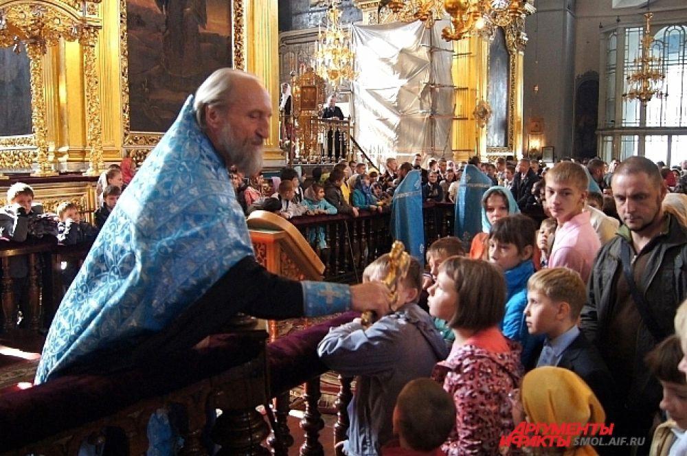 Дети подходят к кресту