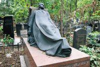 Память о трагической любви - это надгробие Н. Торосяну.