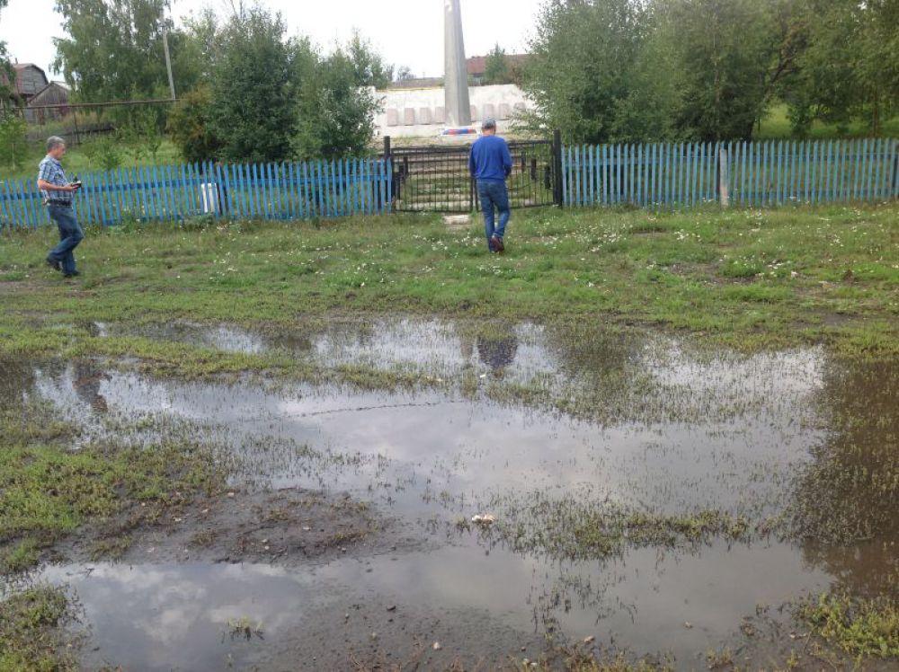 Мокрая Бугурна Цильнинский район:  поистине мокрая…лужа, как подобраться к памятнику?