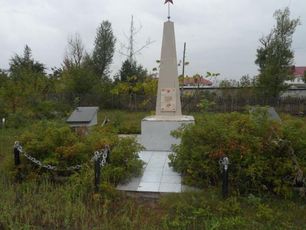 Новомалыклинский район: кажется, что обелиск стоит в частном огороде…