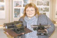 Директор Центрального музея ВОС   А.С.Огаркова с пишущими   машинками для письма   рельефно-точечным шрифтом.