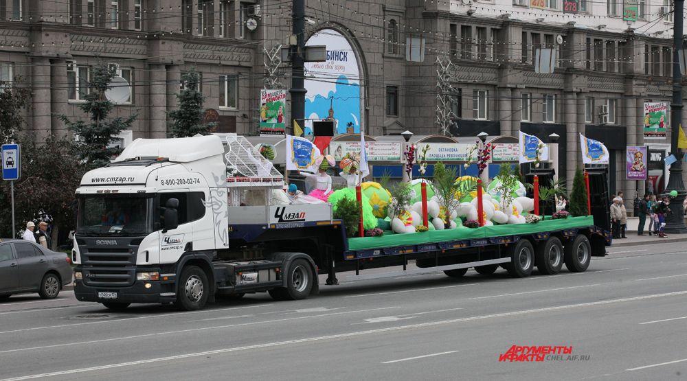 Автомобильная кавалькада представляющая районы Челябинска