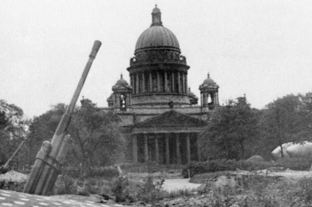 Зенитная батарея у Исаакиевского собора во время блокады Ленинграда.