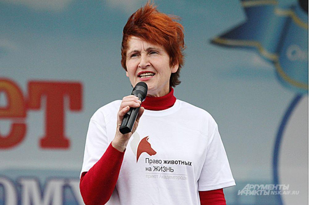 Галина Клебче - добрейшей души человек и, вероятно, - самый большой друг собак в Новосибирске. Делает огромное, потрясающе нужное дело. Ей помогают добровольцы - золотые люди, неравнодушные к собакам.
