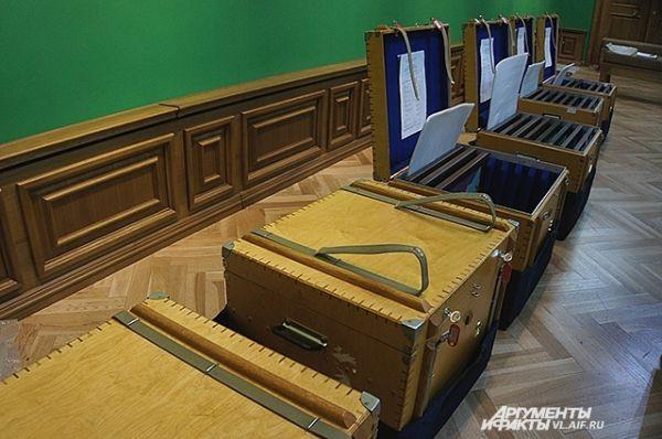 Картины прибыли во Владивосток в специальных контейнерах-ящиках.