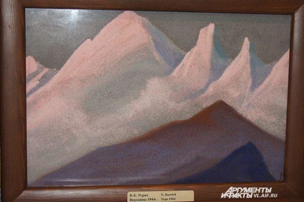 К сожалению, фото не может передать энергетику картины. Зрителю в галерее кажется что горы парят над землёй.