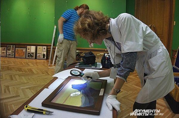 Сотрудники выставки внимательно осматривают каждую работу, чтобы не было дефектов.