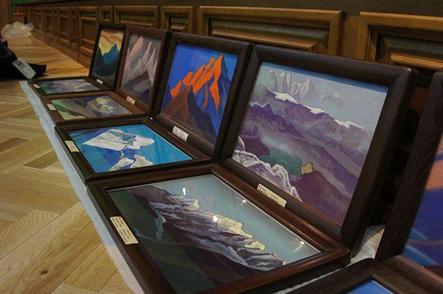 Картины Николая Рериха готовятся к экспозиции.