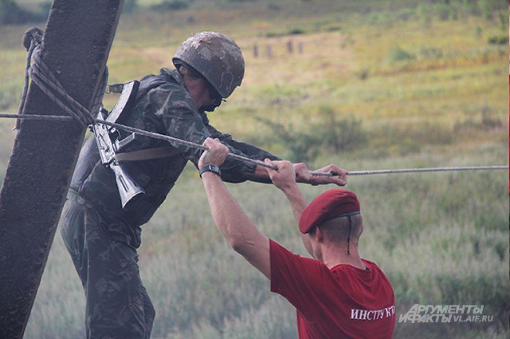 Переправа по верёвке, которую инструктор ещё и раскачивает.