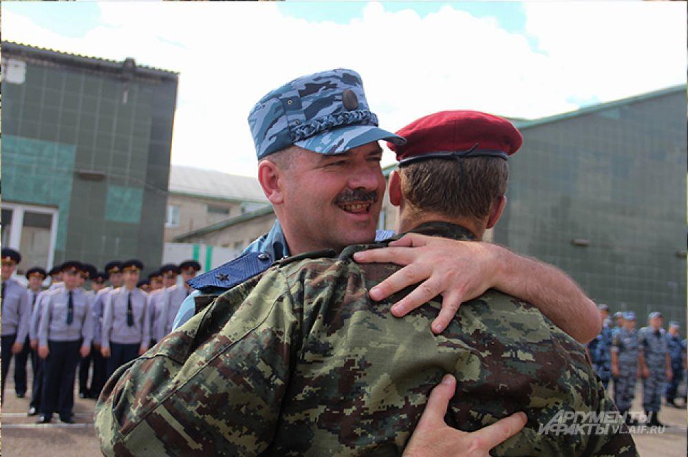 Генерал поздравляет бойца с заслуженной победой и получением права носить краповый берет.