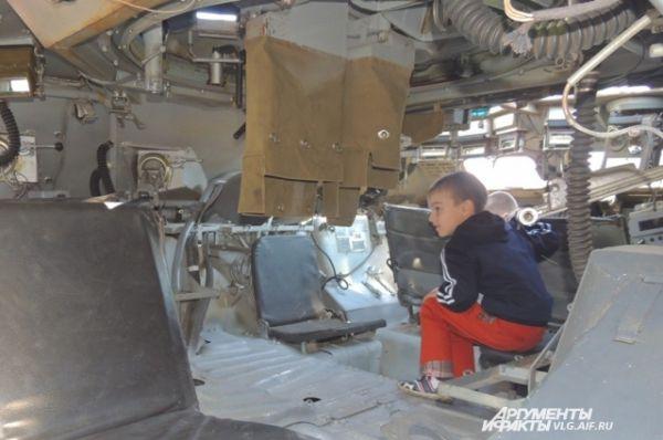 Можно было посидеть внутри настоящего бронетранспортера.