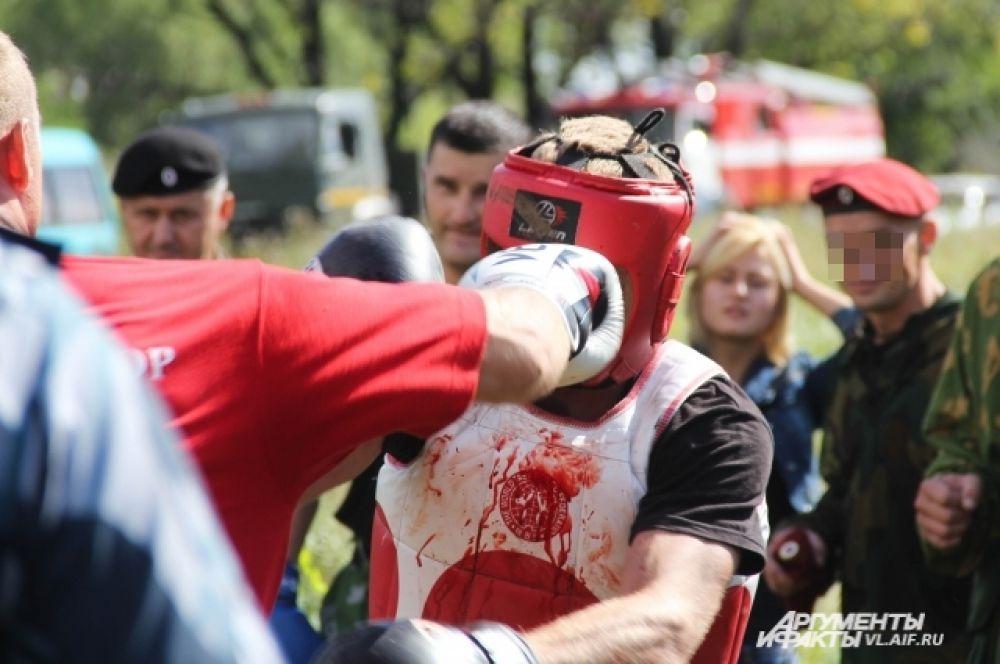 Кровь заливала лицо и грудь бойца, но он продолжал драться.