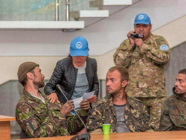 15 освобожденных украинских военных прибыли в Днепропетровск