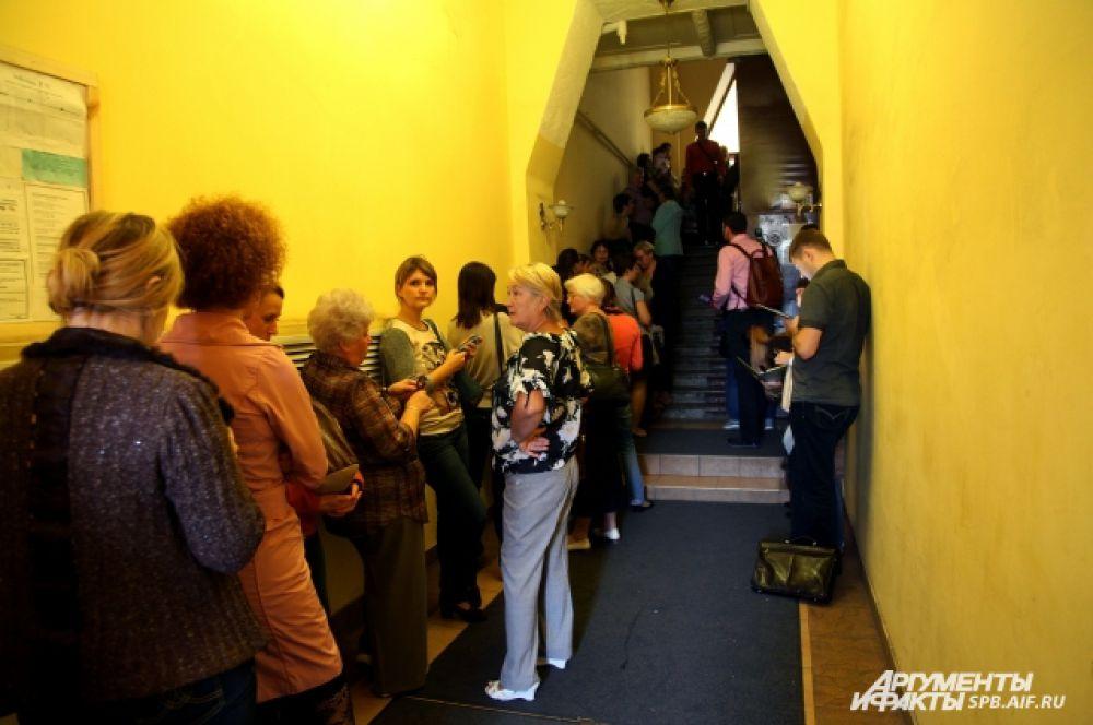 В офис турфирмы на Невском проспекте, 72, стоят десятки людей.