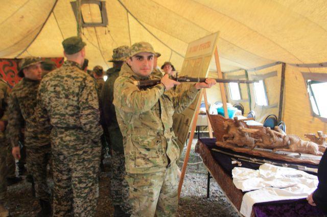 Сегодняшние военные с удовольствием «примеряют» оружие вековой давности.