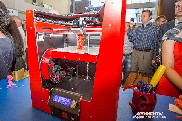 Работа 3-D принтера вызвала живейший интерес участников форума.