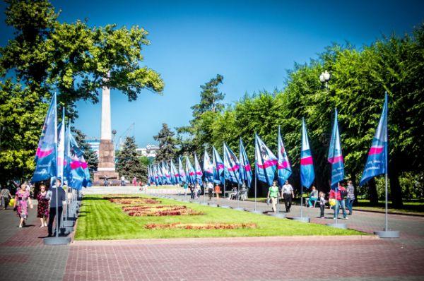 В честь праздника в центре Волгограда временно убрали забор, скрывавший Вечный огонь.