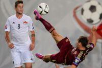 Игрок сборной России Александр Кержаков (справа) и игрок сборной Лихтенштейна Сандро Визер.