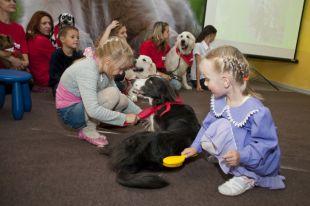 Общение с собаками помогает больным детям.