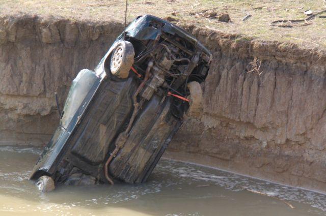 Машина упала в озеро с обрыва.