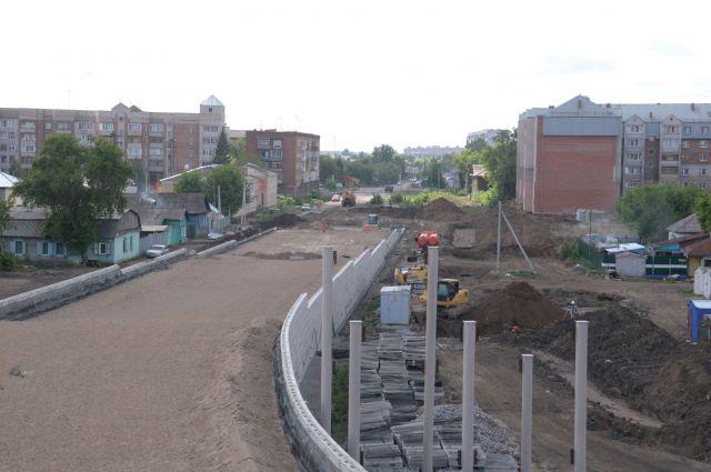 В Омске строят новые дороги и ремонтируют старые.