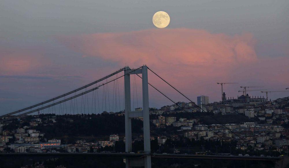 Суперлуние над Босфорским мостом в Стамбуле, Турция.