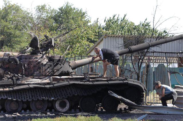 Войны в Мариуполе пока нет, а подбитые танки на окраине города уже есть.