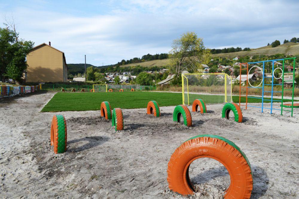 Для оборудования спортивной площадки пользовались и подручными материалами