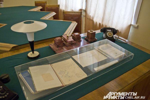 На рабочем столе академика всегда было множество документов.