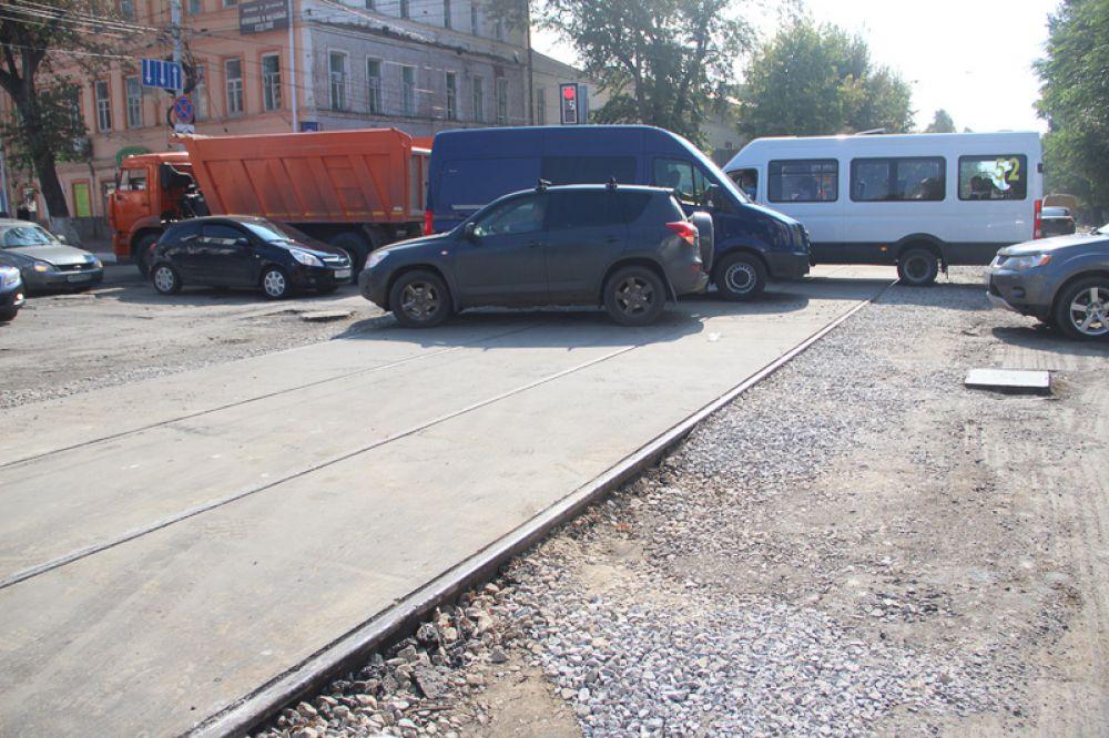 И всё это происходит на одной из самых загруженных транспортом улиц города