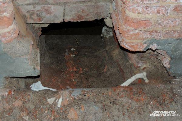В стенах церкви замурованы кости.