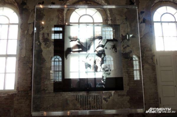 Светящиеся фотографии придают выставке мистицизма.