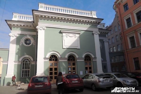 Здание церкви отремонтировано только снаружи.