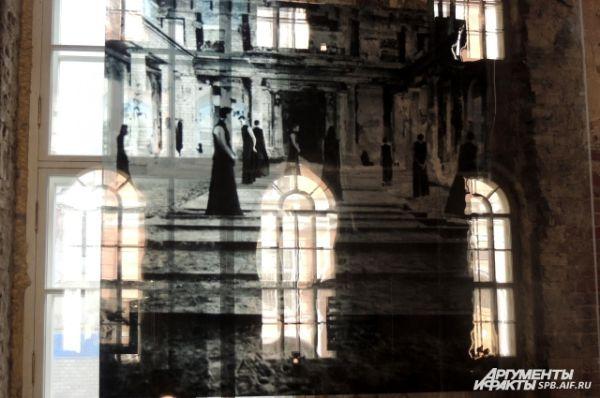 Фотографии оформлены на стекле.