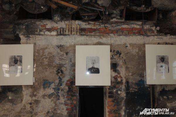 Картины гармонично смотрятся на разрушающихся стенах.