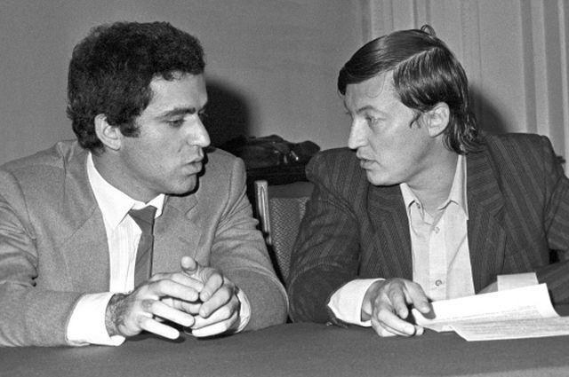 Чемпион мира по шахматам Гарри Каспаров и экс-чемпион мира по шахматам Анатолий Карпов.
