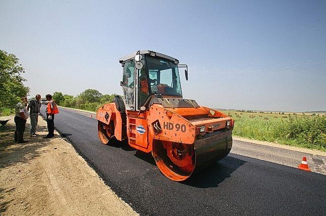 Работы по асфальтированию дороги продолжаются.