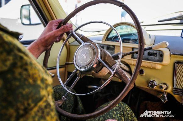 А уж посидеть за баранкой ретроавтомобиля - это непередаваемое удовольствие.