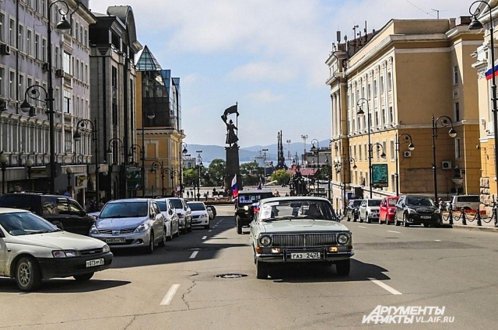 Позади центральная площадь Владивостока...