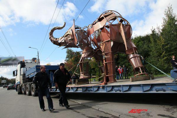 Подготовка к установке слона на подиум