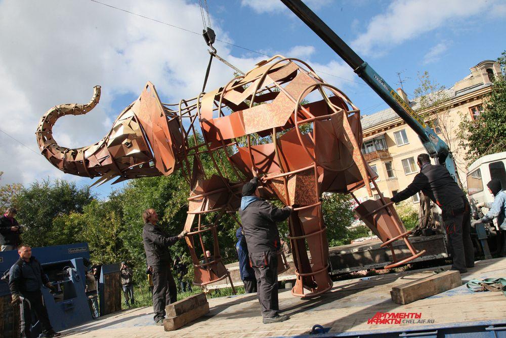 Слон был установлен на подиум высотой 1.2 м