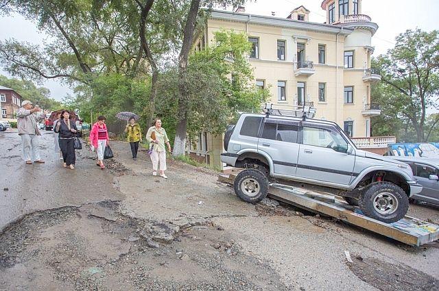 Проехать по Пушкинской или даже припарковаться - можно только на джипе.