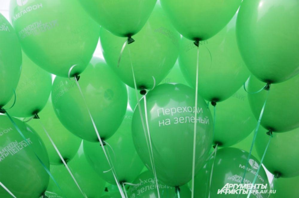 Облако зеленых шаров от компании Мегафон.