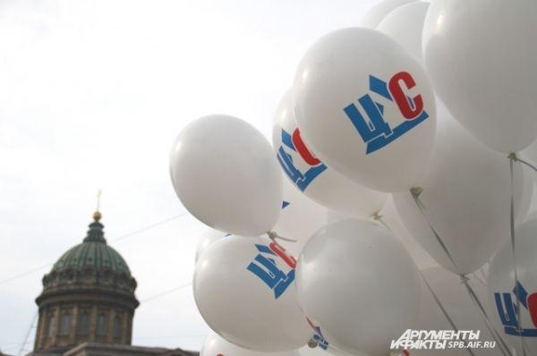Шары от компании ЦДС на фоне Казанского собора.