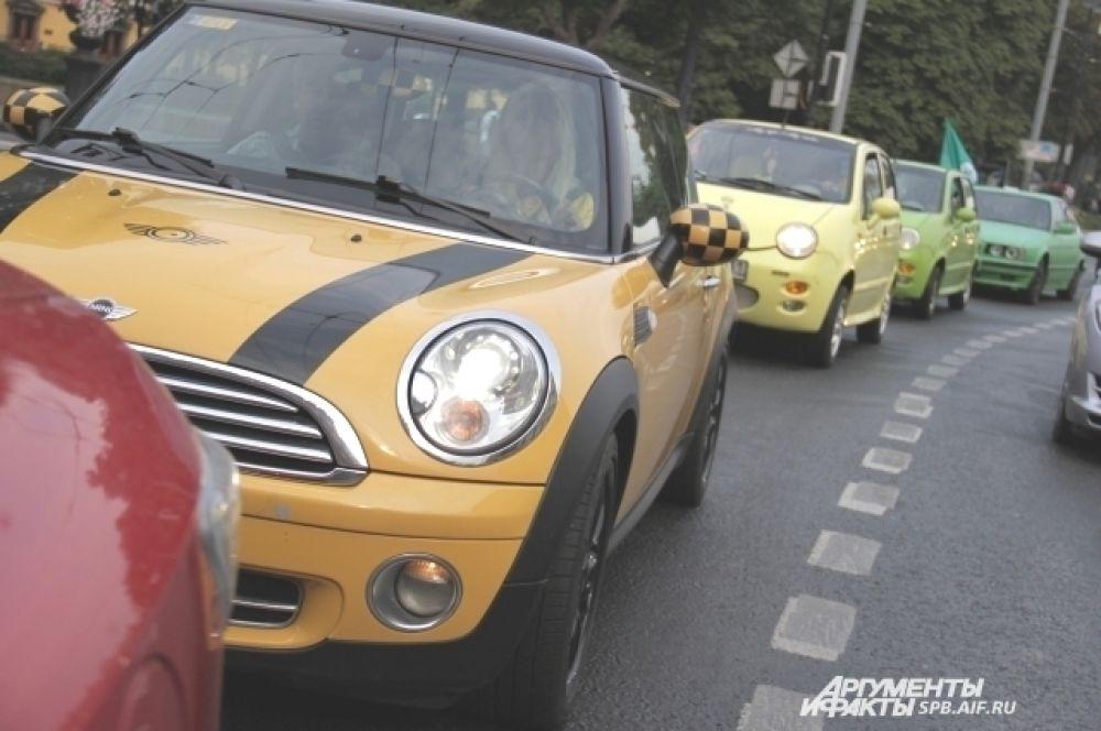 Колонна автомобилей была раскрашена в цвета светофора.