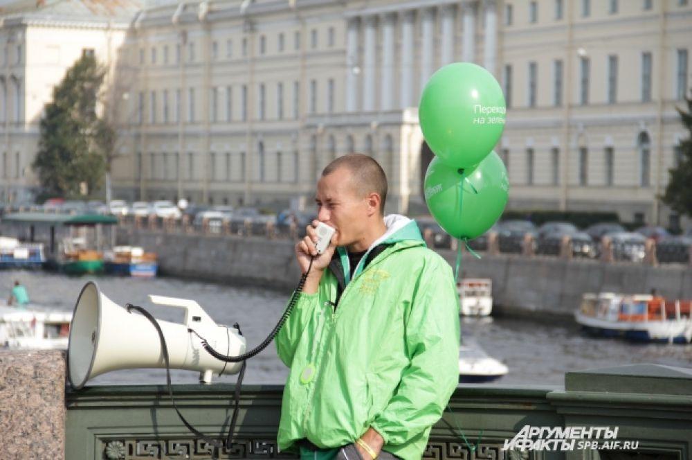 Зеленые шары очень подошли мужчине, зазывающему туристов на экскурсионные кораблики на Фонтанке.