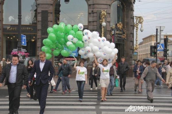 Огромные охапки разноцветных шаров раздал сегодня АиФ на Невском проспекте.