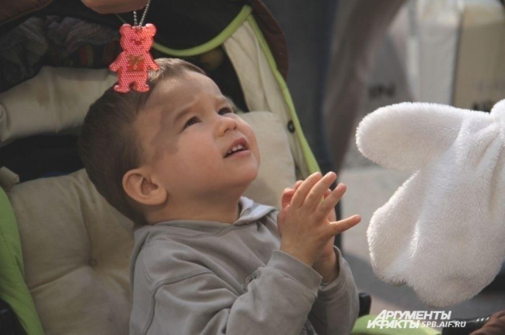 Дети радовались разноцветным светоотражателям и большим ростовым куклам Infanta.